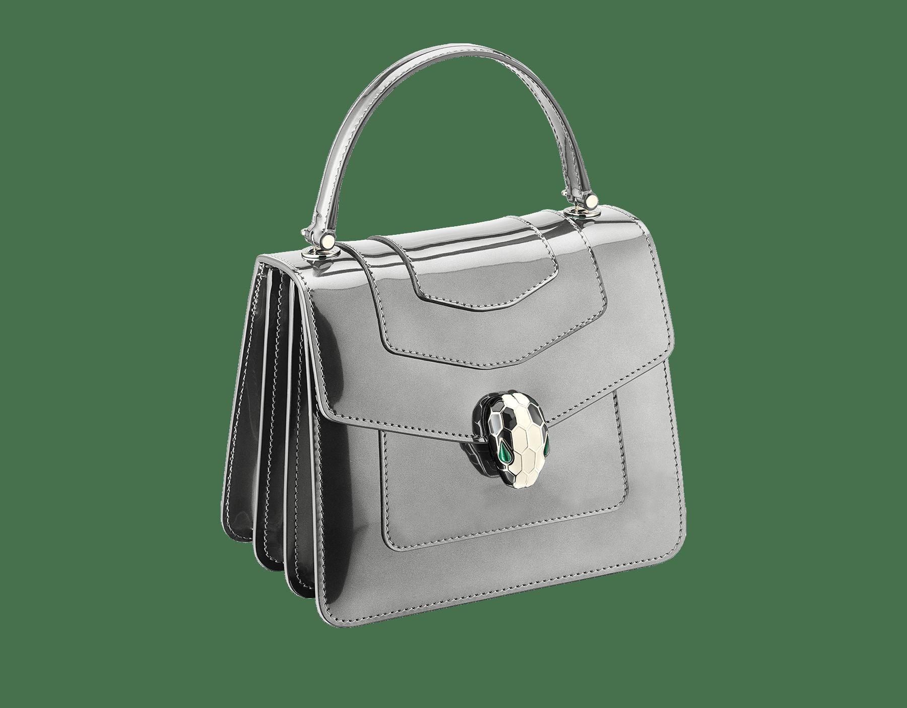 Serpenti Forever Tasche mit Umschlag aus gebürstetem bronzefarbenen Metallic-Kalbsleder. Hellvergoldete Metallelemente aus Messing und Schlangenkopfverschluss aus schwarzer und weißer Emaille mit malachitgrünen Augen. Test-Borse-Colore image 2