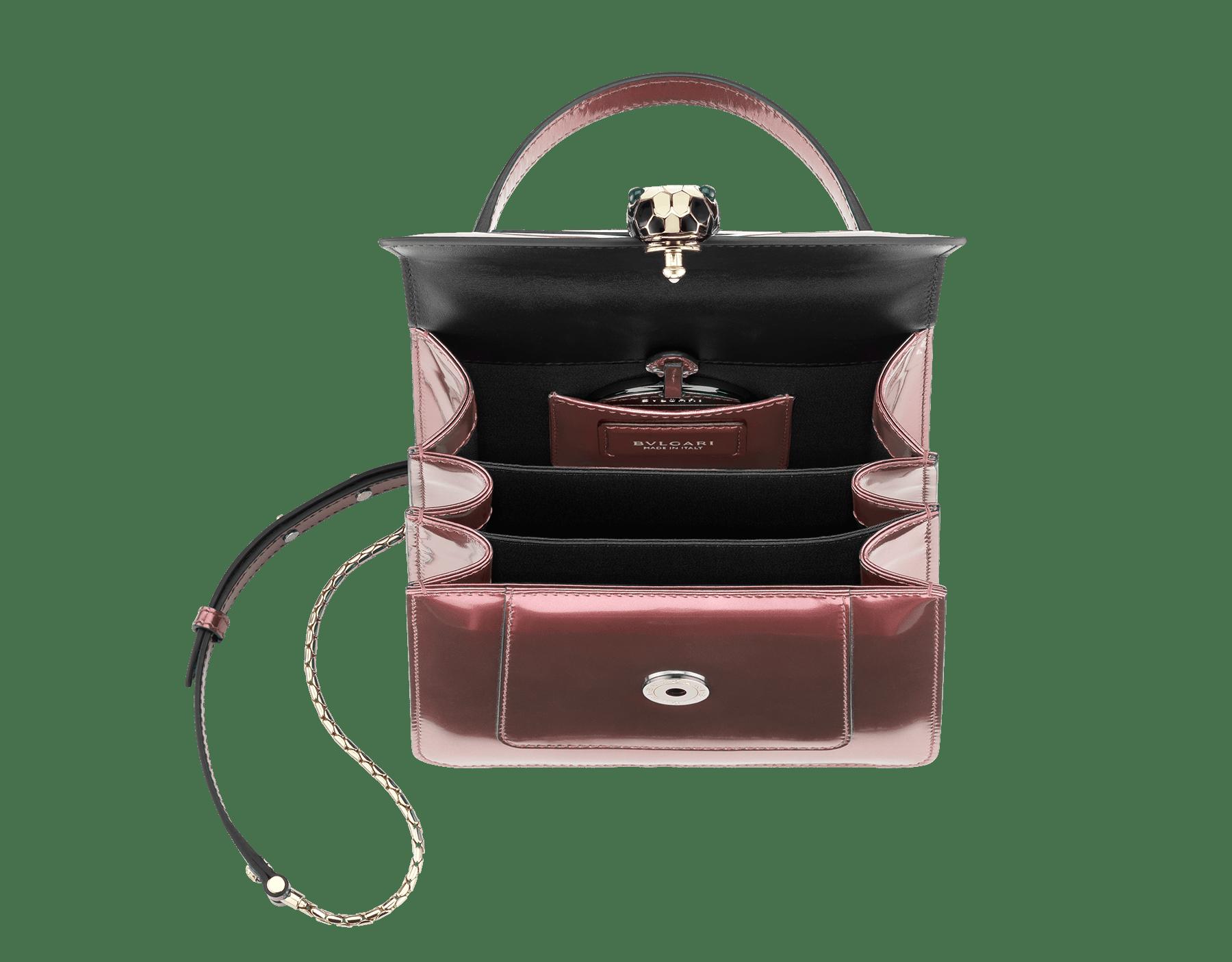 Bolsa com aba Serpenti Forever em couro de novilho rosa-quartzo metálico escovado. Detalhes em latão banhado a ouro claro e fecho em formato de cabeça de serpente esmaltado preto e branco, com olhos de malaquita verde. 284802 image 4