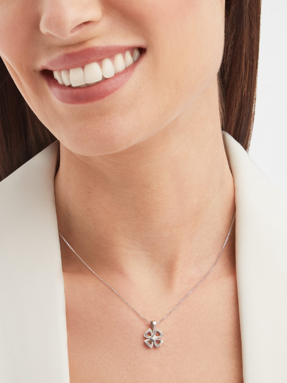 Fiorever 18K 白金項鍊,鑲飾 1 顆明亮型切割鑽石(0.10 克拉)和密鑲鑽石(0.06 克拉)。 358157 image 4