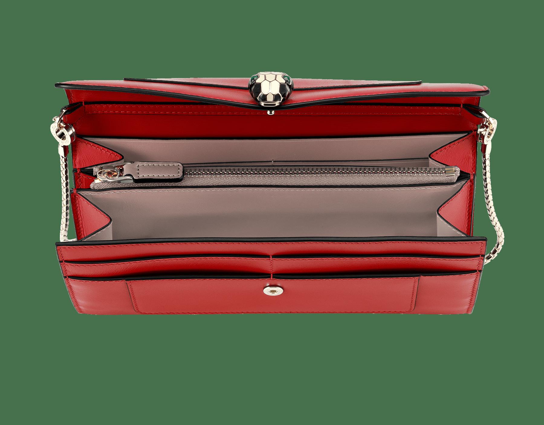 Pochette-portefeuille en cuir de veau couleur rouge rubis et quartz du désert, avec doublure en nappa fuchsia. Bouton-pression Serpenti en laiton doré et émail noir et blanc avec yeux en malachite. 281315 image 2