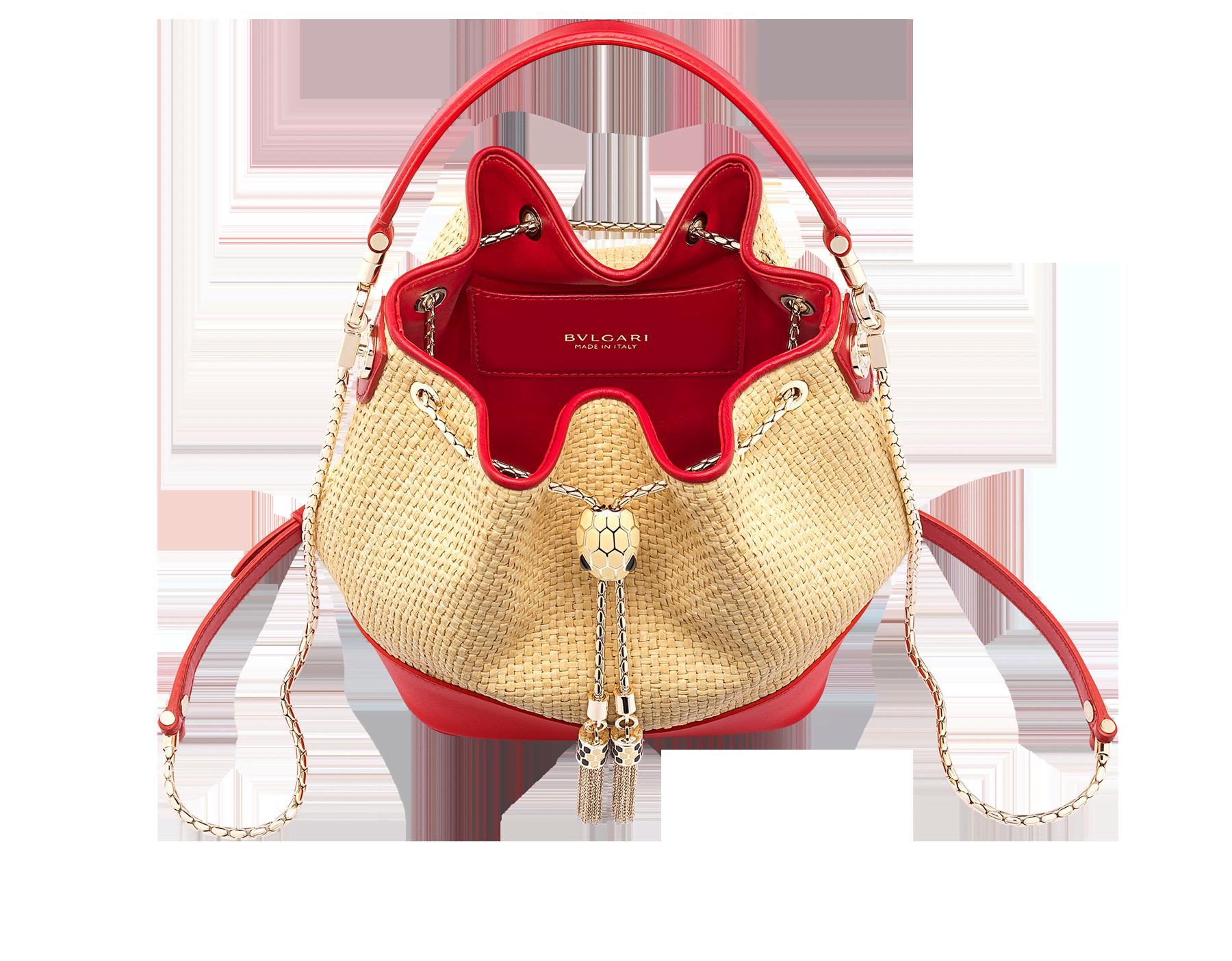 ベージュのラフィアとカーマインジャスパーレッドのカーフレザーを使用した「セルペンティ フォーエバー」スモールバケットバッグ。カーマインジャスパーレッドのナッパレザー製ライニングを内側に施しています。 ライトゴールドプレートブラスの魅惑的なスネークヘッドクロージャー。フルマットナチュラルベージュのエナメル加工。ブラックオニキスの目。 290959 image 2