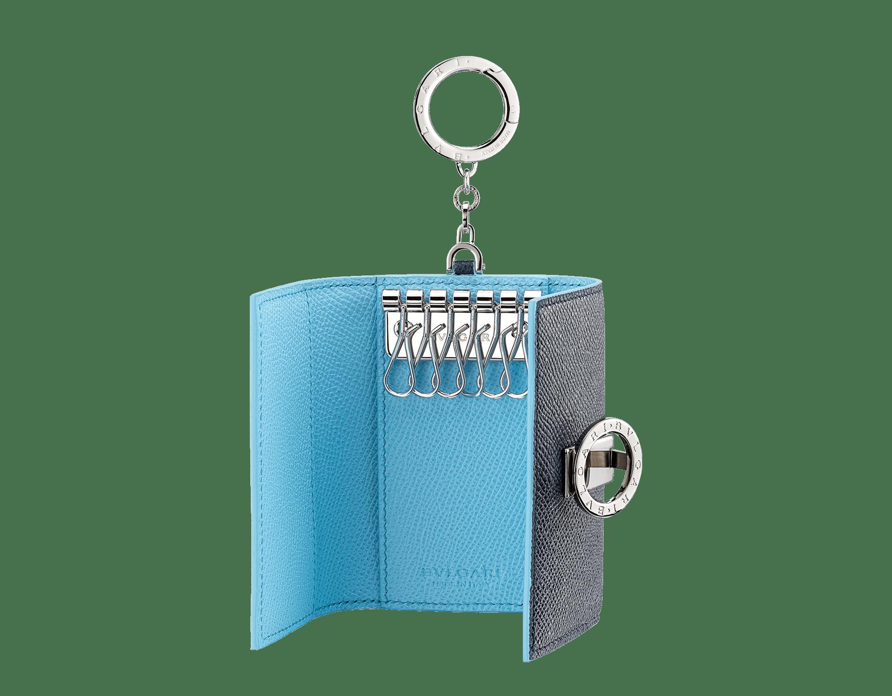 BVLGARI BVLGARI Schlüsseletui aus genarbtem Kalbsleder in Denim Sapphire Blau und in Aegean Topaz Hellblau. Ikonischer Logodekor und Karabinerhaken aus palladiumbeschichtetem Messing. BCM-KEY-HOLD-CLASPb image 2