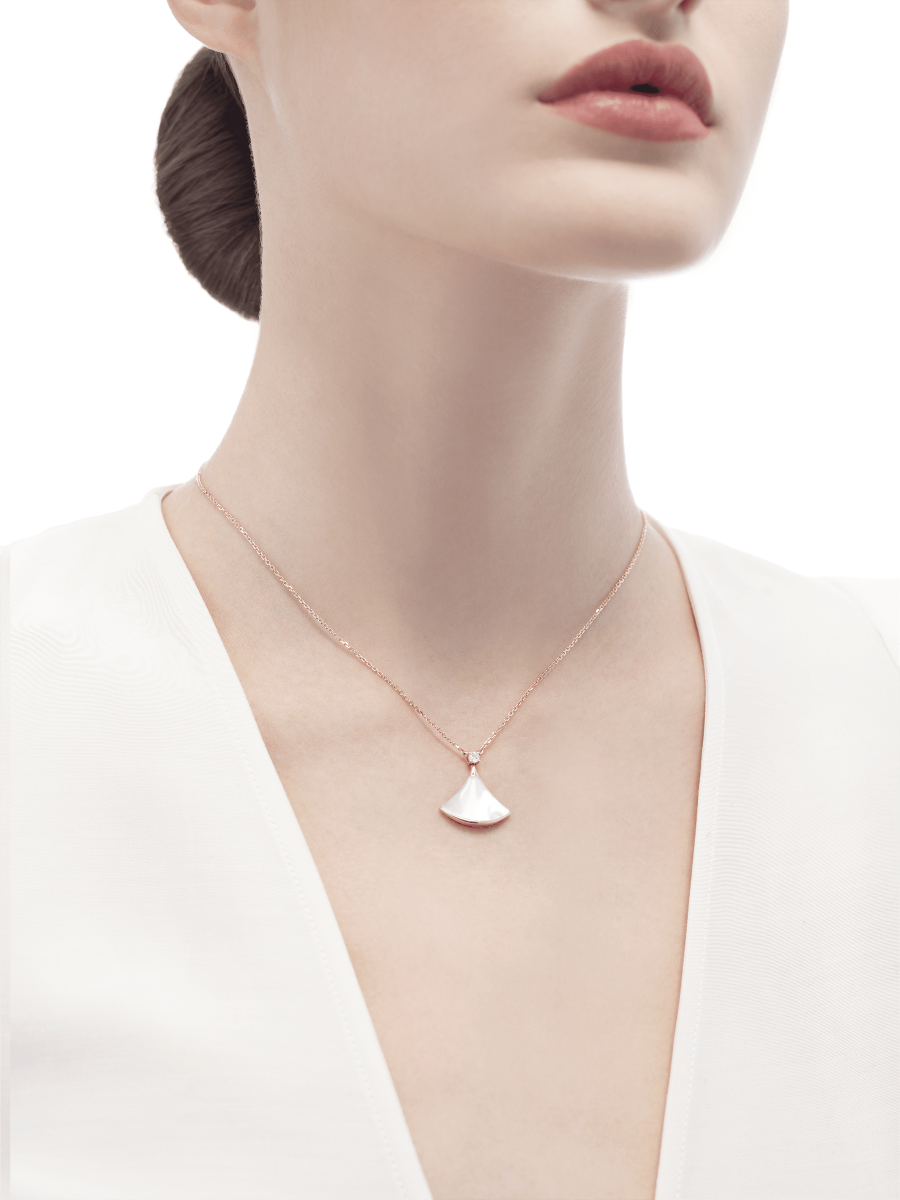 DIVAS' DREAM necklace in 18 kt rose gold with 18 kt rose gold pendant set with one diamond and mother-of-pearl. 350581 image 3