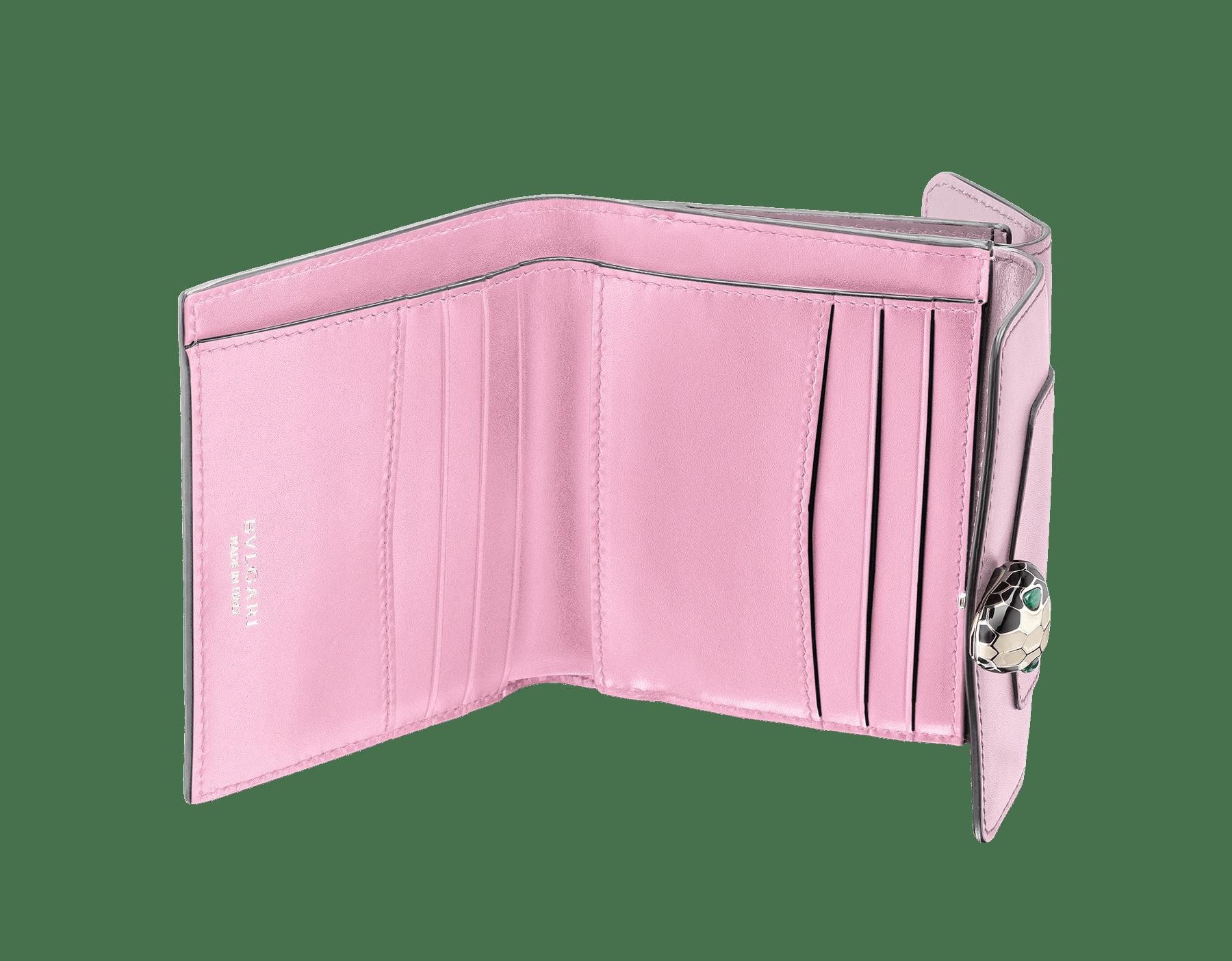 Portefeuille compact carré Serpenti Forever en cuir de veau couleur Rosa di Francia et Flamingo Quartz. Fermoir pression emblématique Serpenti en émail noir et blanc avec yeux en malachite. 289519 image 2
