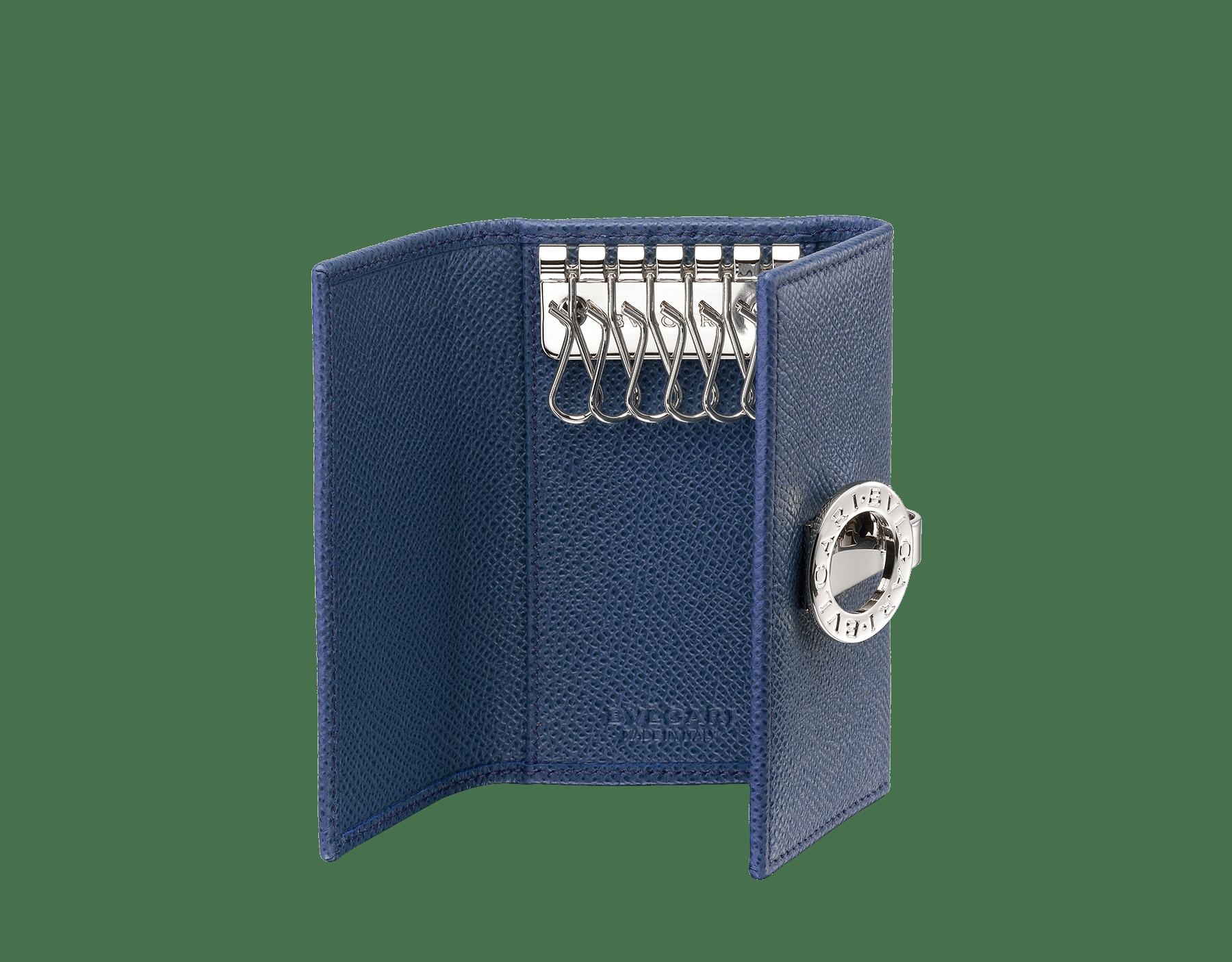 Porte-clés en cuir de veau grainé bleu denim saphir avec doublure en nappa bordeaux. Fermoir emblématique en laiton plaqué palladium orné du motif BVLGARIBVLGARI. 286891 image 2