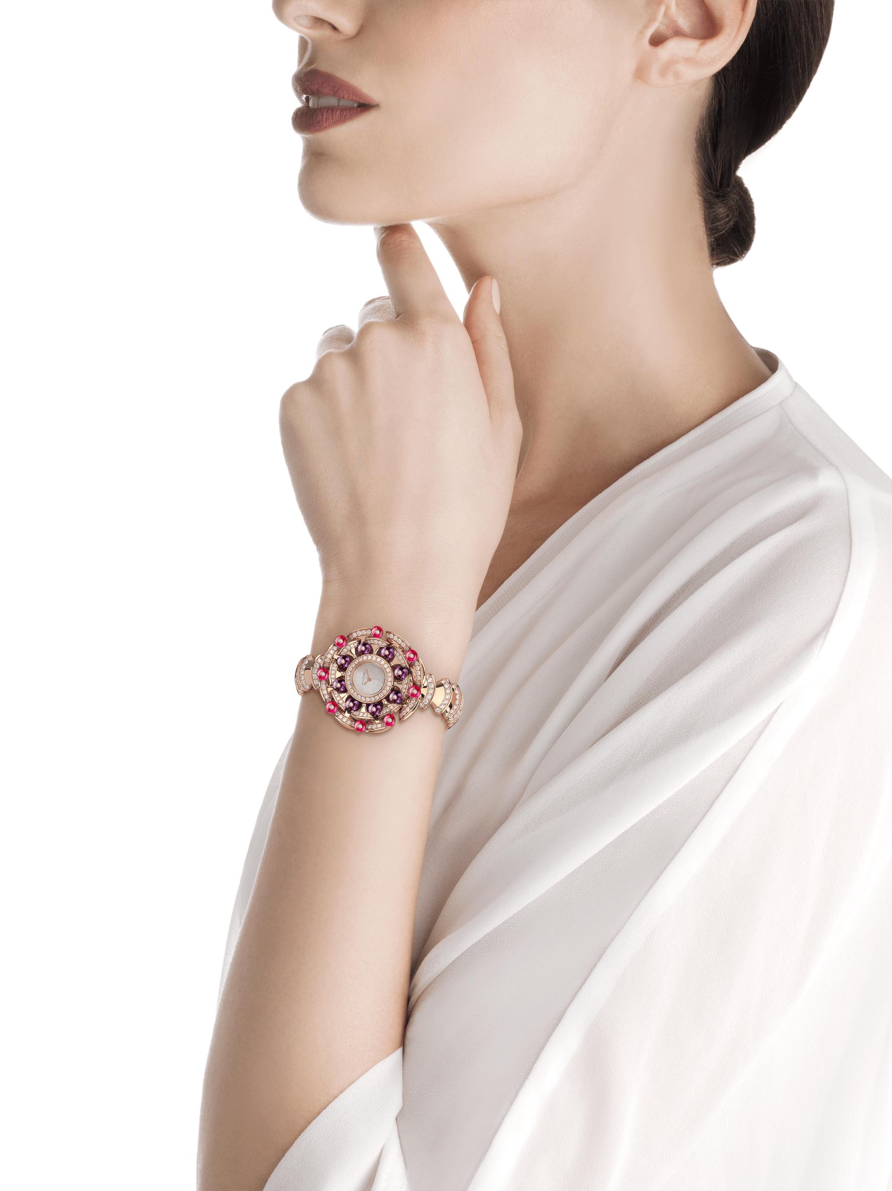 DIVAS' DREAM 腕錶,18K 玫瑰金錶殼鑲飾明亮型切割鑽石、紅碧璽圓珠和紫水晶圓珠。白色珍珠母貝錶盤,18K 玫瑰金錶帶鑲飾明亮型切割鑽石。 102080 image 3