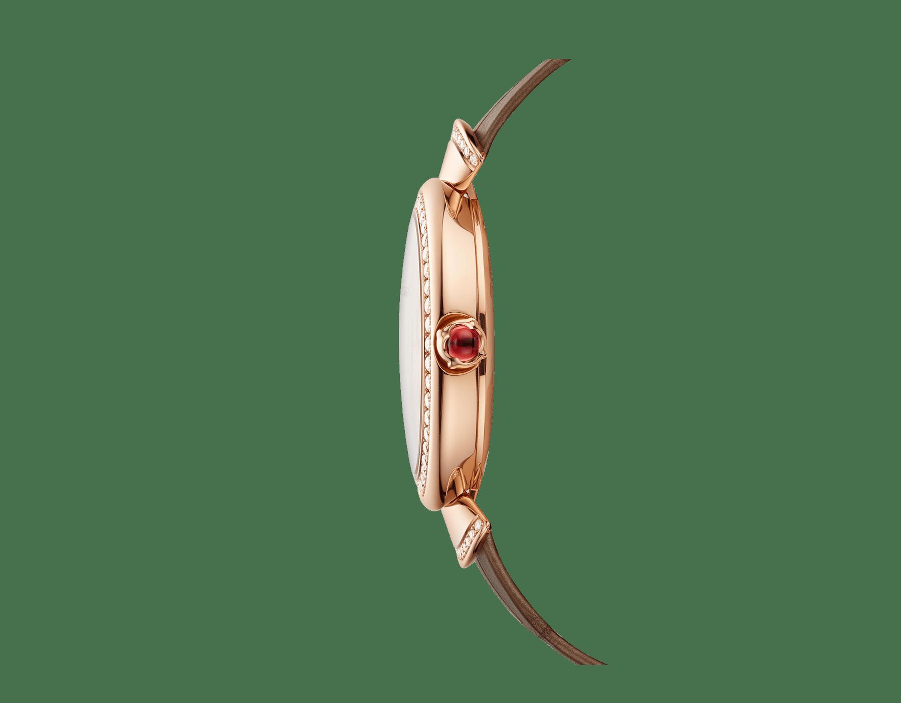 DIVAS' DREAM腕表,搭载品牌自制自动上链机械机芯,18K玫瑰金表壳,18K玫瑰金表圈和扇形链节,皆镶嵌明亮式切割钻石,天然孔雀羽毛表盘和闪亮米色鳄鱼皮表带 103139 image 3
