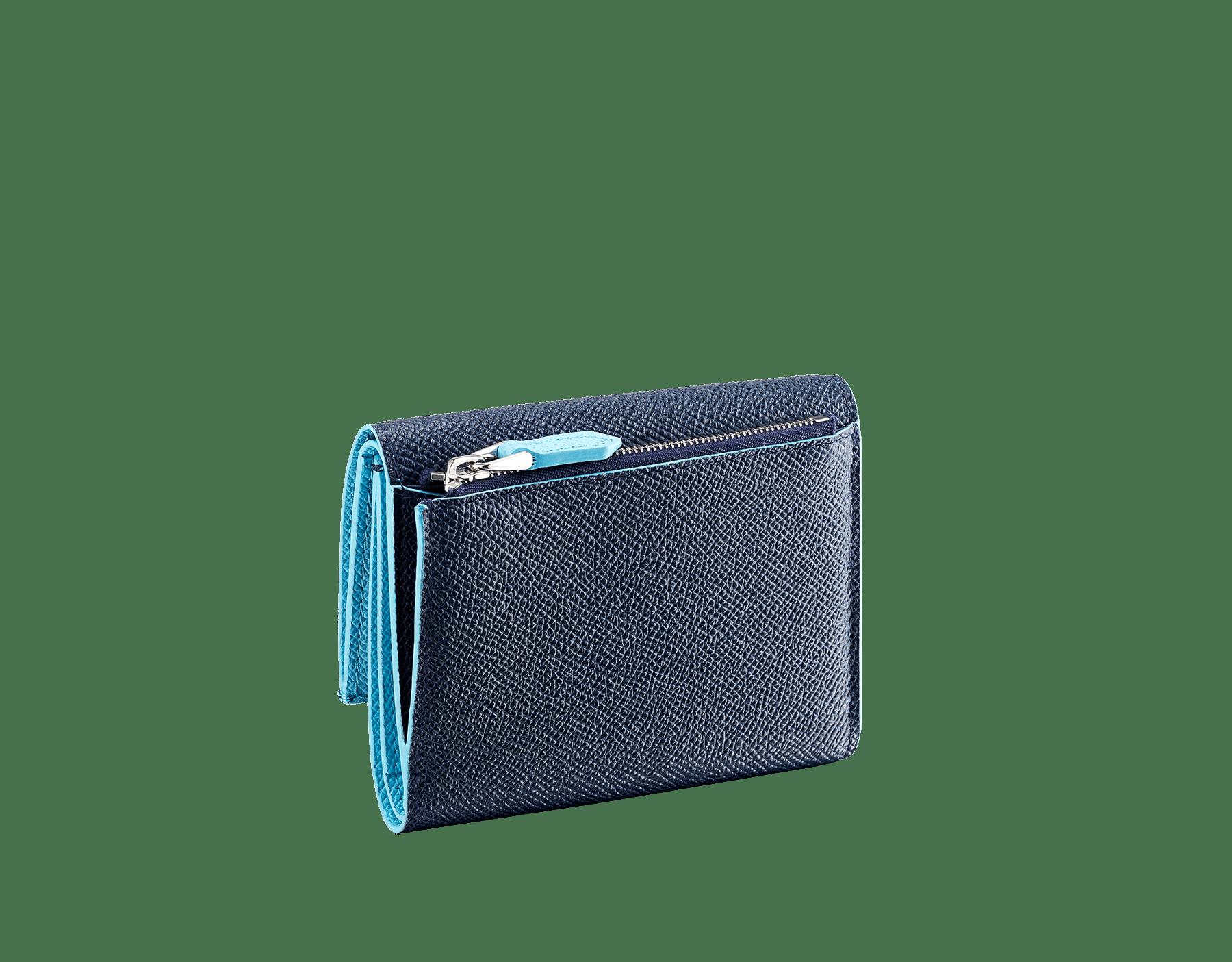 Portefeuille compact pour homme BVLGARI BVLGARI en cuir de veau grainé couleur bleu Denim Sapphire et couleur bleu clair Aegean Topaz. Fermoir emblématique orné du logo Bvlgari en laiton. BCM-YENCOMPACTZP image 3