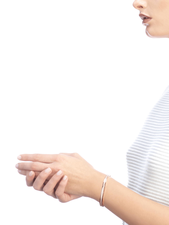 Mêlant spirale emblématique audacieuse et pavé diamants éclatant, le bracelet jonc B.zero1 dévoile une personnalité polyvalente et une élégance contemporaine. BR857372 image 4