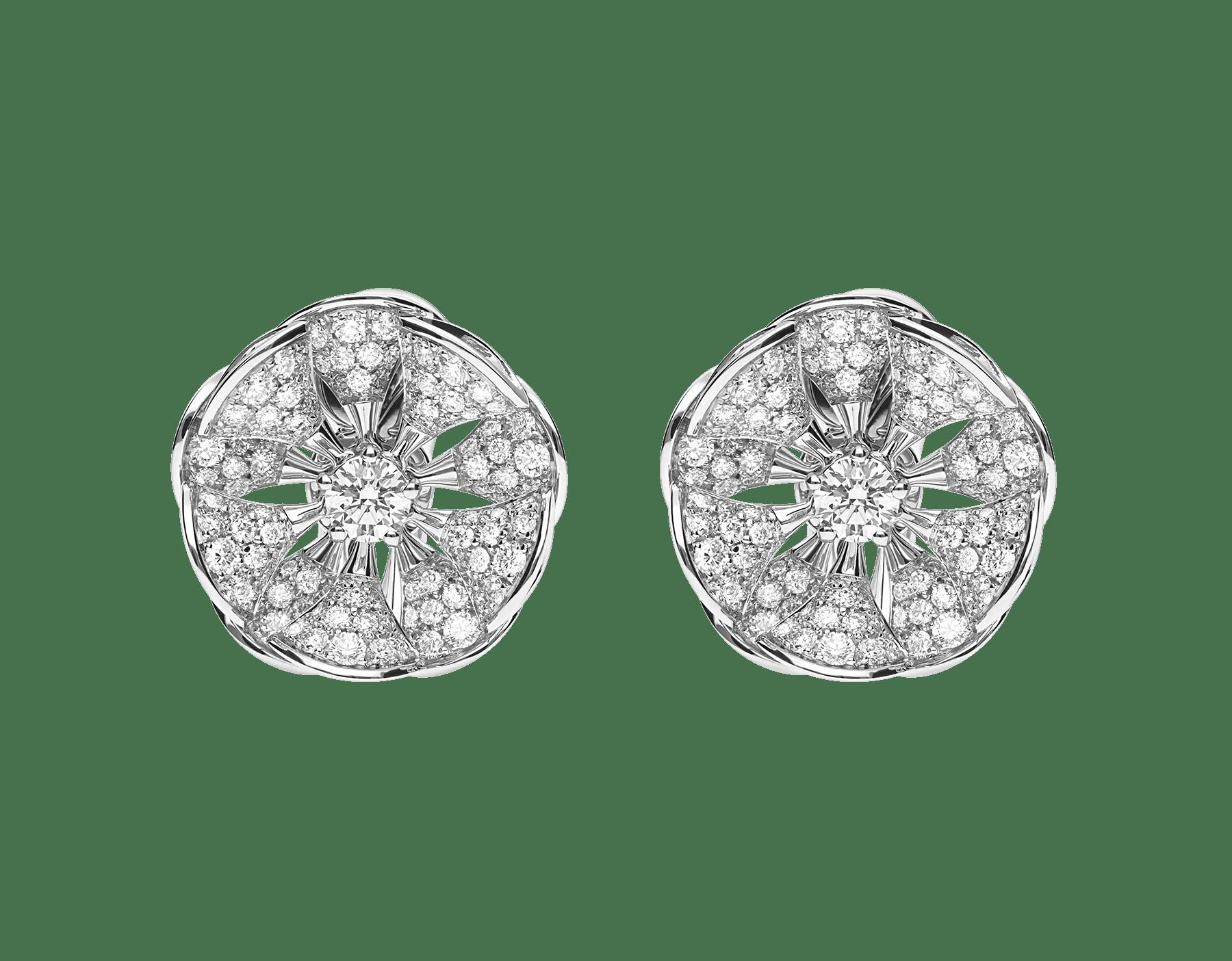 Los pendientes DIVAS' DREAM, de los que brotan un elegante y floral oro blanco y unos pétalos de pavé de diamantes, dominan majestuosos en el jardín del glamour. 350785 image 1