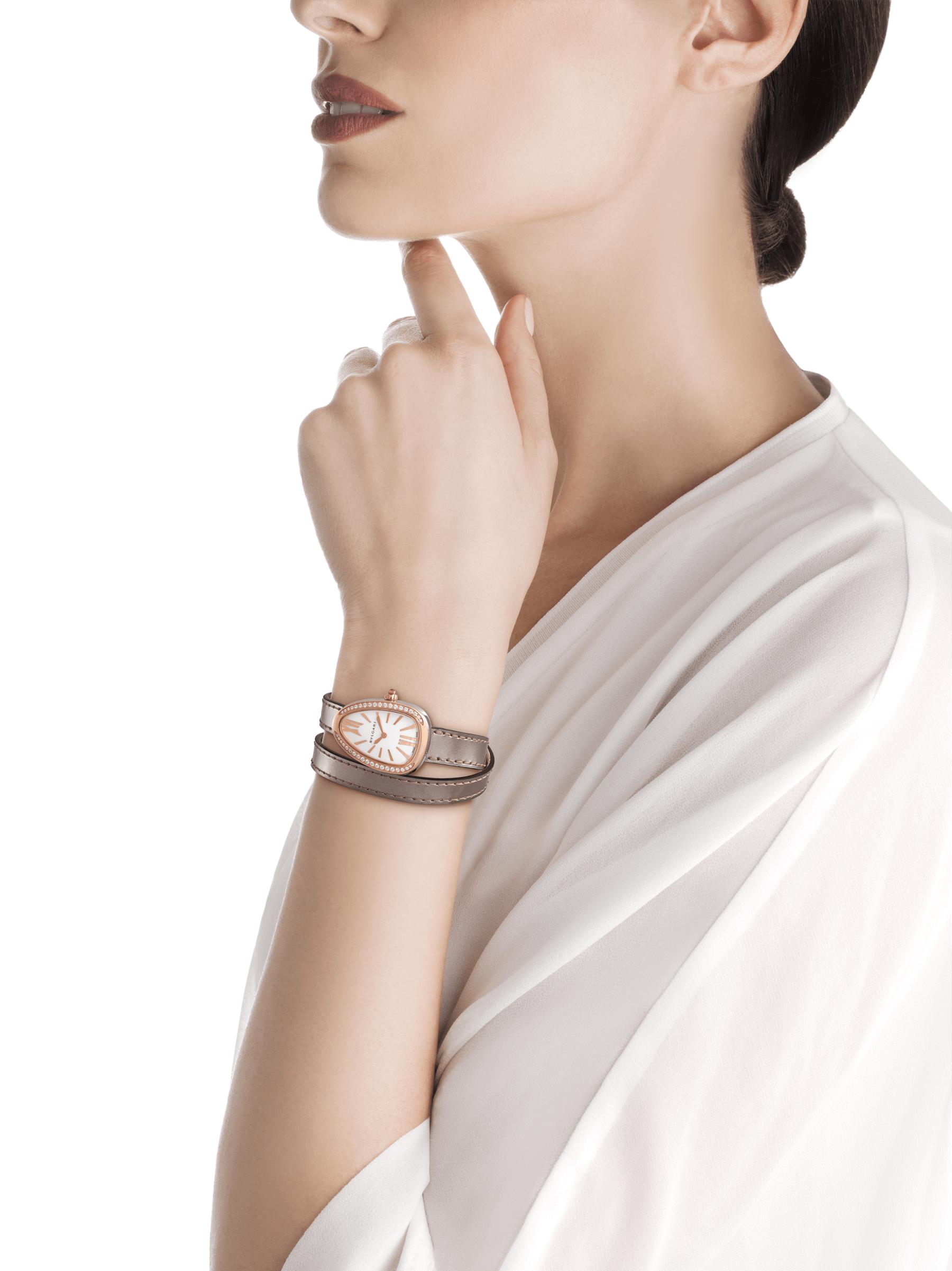 Relógio Serpenti com caixa em aço, bezel em ouro rosa 18K cravejado com diamantes redondos lapidação brilhante, mostrador em madrepérola branca e pulseira de duas voltas intercambiável em couro marrom 103059 image 3