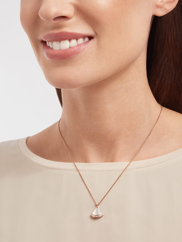 DIVAS' DREAM 18K 玫瑰金項鍊,鑲飾 1 顆鑽石(0.03 克拉)、珍珠母貝和密鑲鑽石(0.10 克拉)。 358365 image 5