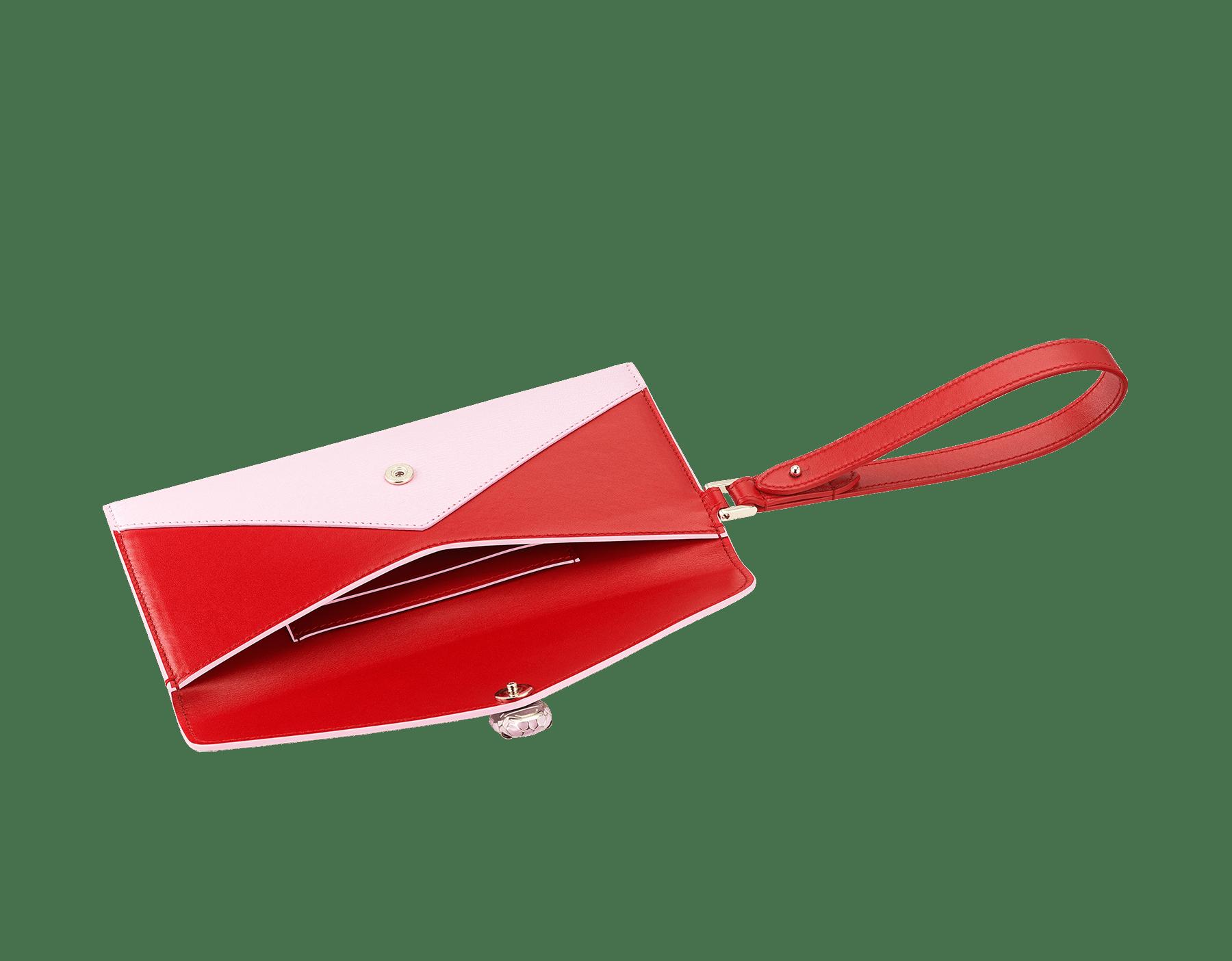 Serpenti Forever 信封型手拿包,採用洋紅碧玉色小牛皮和法國玫瑰色羊皮。經典蛇頭元素飾以法國玫瑰色和洋紅碧玉色琺瑯,蛇眼鑲飾黑色縞瑪瑙。 289461 image 4