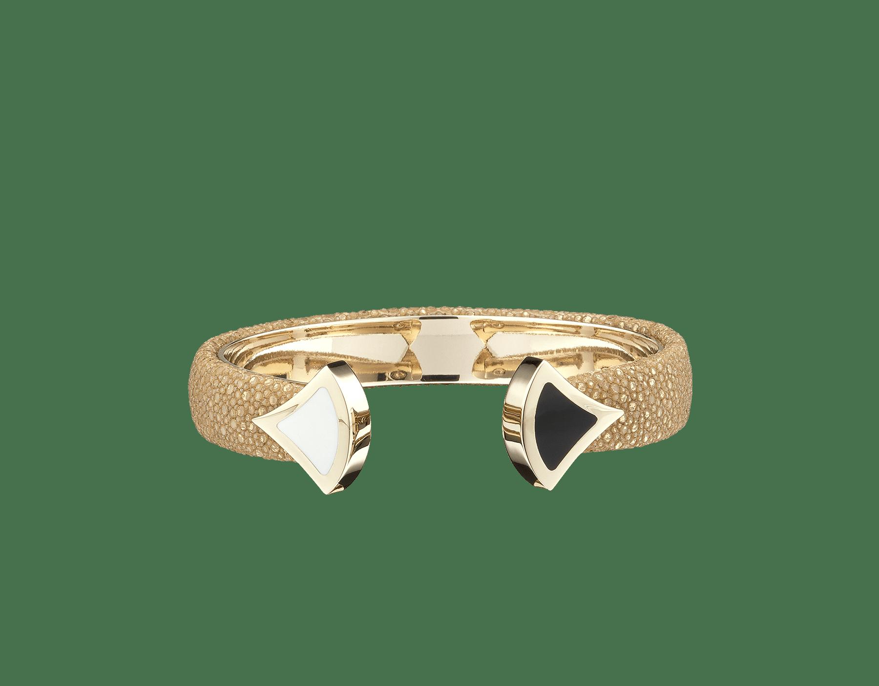 Pulsera de piel de galuchat en color zafiro real con emblemático cierre Contraire con motivo DIVAS' DREAM de latón bañado en oro claro y esmalte blanco y negro. DIVA-CONTRAIR-M image 2