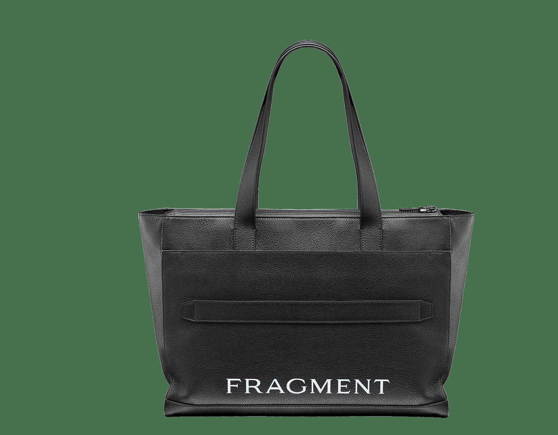 パラジウムプレートブラス製金具、「BVLGARI」と「FRAGMENT」のブラックロゴプリントが付いたホワイトアゲートのグレインカーフレザー製「FRAGMENT X BVLGARI by Hiroshi Fujiwara」横長トートバッグ。 1115M-FUJI3rd image 3