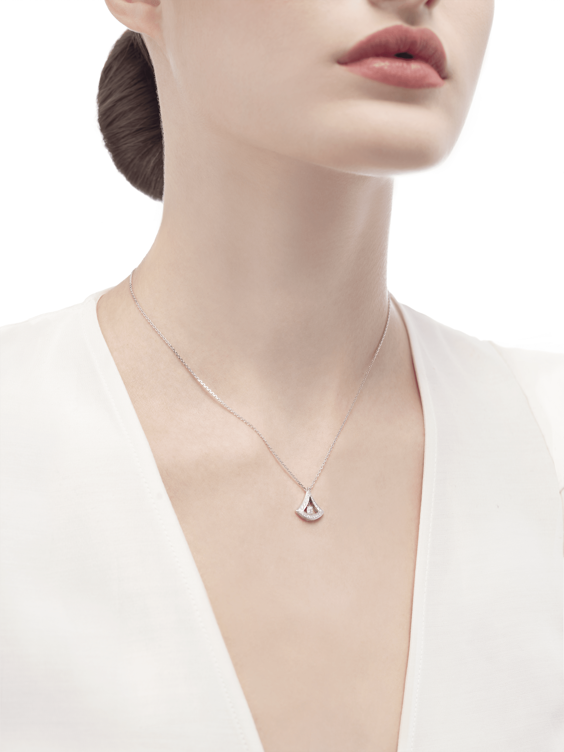 DIVAS' DREAM openwork necklace in 18 kt white gold with 18 kt white gold pendant set with a central diamond and pavé diamonds. 354049 image 3