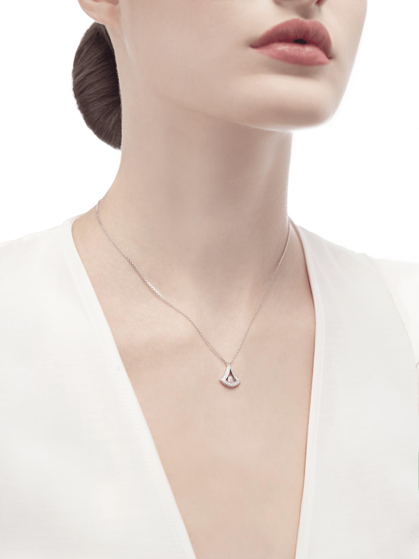 Collier ajouré DIVAS' DREAM en or blanc 18K, pendentif en or blanc 18K avec diamant de centre et pavé diamants (0,25ct). 354049 image 3