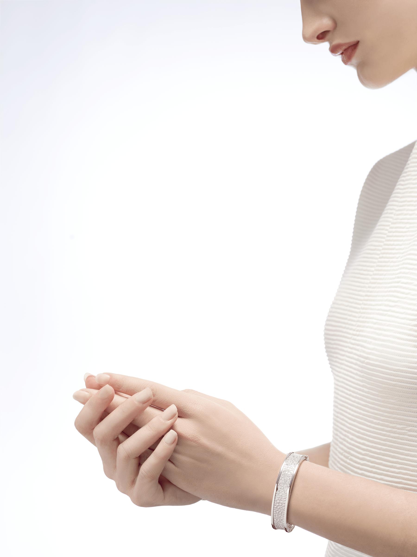 B.zero1 large bangle bracelet in 18 kt white gold set with pavé diamonds on the spiral. BR856218 image 3