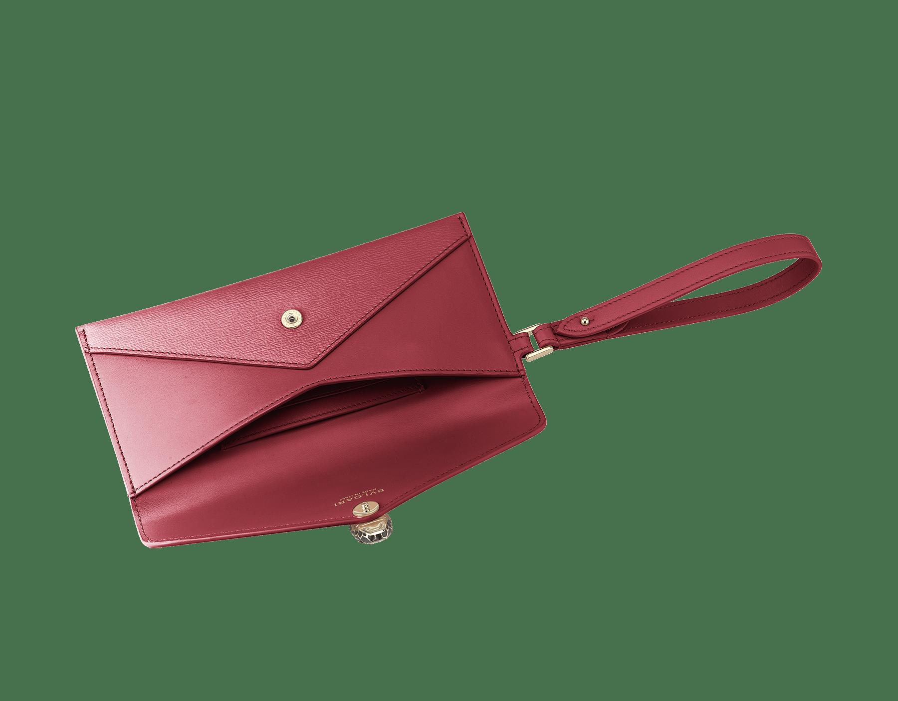 Serpenti Forever envelope case in Roman garnet calf leather and Roman garnet goatskin. Iconic snakehead charm in black and Roman garnet enamel, with black onyx eyes. 289089 image 2