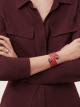 Bracelet multi-tours rigide Serpenti Forever Cleopatra en cuir de veau rouge rubis avec détails en laiton doré. Motif en miroir Serpenti emblématique en émail noir et rouge rubis avec yeux en émail noir au charme envoûtant. Cleopatra-CL-RR image 2