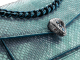Serpenti Forever 小粗鍊斜背包,採用 Aquamarine 淺藍色「夕照」珠光蟒皮,Aquamarine 淺藍色納帕軟面皮襯裡。新 Serpenti 鍍釕黃銅蛇頭扣環,蛇頭中央鑲飾灰色珍珠母貝小鱗片,蛇眼飾以紅色琺瑯。 291076 image 6