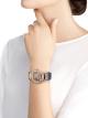 DIVAS' DREAM 腕錶,搭載 18K 玫瑰金鏤空機械機芯,陀飛輪。18K 玫瑰金錶殼鑲飾明亮型切割鑽石。錶盤以純手工繪以鸚鵡、花朵和綠葉,鑲飾鑽石。藍色鱷魚皮錶帶。 102542 image 2