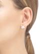 우아한 디자인 속에 담긴 순수함과 마더오브펄 그리고 파베 다이아몬드의 고혹적인 빛으로 찬란하게 빛나는 디바스 드림 이어링은 모든 디바가 간직한 격조 높은 우아함을 표현합니다. 352600 image 4