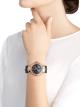 DIVAS' DREAM腕表,搭载品牌自制自动上链机械机芯,跳时和分针逆跳显示(180 °)。18K玫瑰金表壳,18K玫瑰金表圈和扇形链节,皆镶嵌明亮式切割钻石,砂金石表盘饰以孔雀和星星微缩画,时标镶嵌明亮式切割钻石,蓝色鳄鱼皮表带 103114 image 5