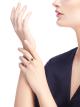 Anel entre os dedos BVLGARIBVLGARI em ouro rosa 18K cravejado com elementos de madrepérola, malaquita e sugilita AN858545 image 4