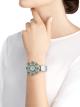 Montre DIVAS' DREAM avec boîtier en or blanc 18K serti de diamants et émeraudes taille brillant, diamants et émeraudes taille brillant et suiffée, cadran pavé diamants serti «neige» et bracelet en satin argenté 102463 image 2