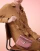 Bolsa com aba Serpenti Forever em couro de novilho rosa-quartzo metálico escovado. Fecho em formato de cabeça de serpente tempting em latão banhado a ouro claro esmaltado preto e branco com olhos de malaquita verde. 284800 image 6