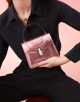 Bolsa com aba Serpenti Forever em couro de novilho rosa-quartzo metálico escovado. Detalhes em latão banhado a ouro claro e fecho em formato de cabeça de serpente esmaltado preto e branco, com olhos de malaquita verde. 284802 image 6
